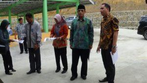 Wakil Bupati Penajam Paser Utara, Mustaqim MZ saat meninjau Sarana IPLT TPA Buluminung. (AH Ari B – Hello Borneo)