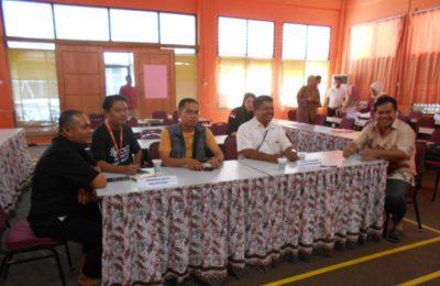 Agus Laksito datang sendirian datang ke Kantor KPU tanpa didampingi oleh timnya. (Aditya - Hello Borneo)