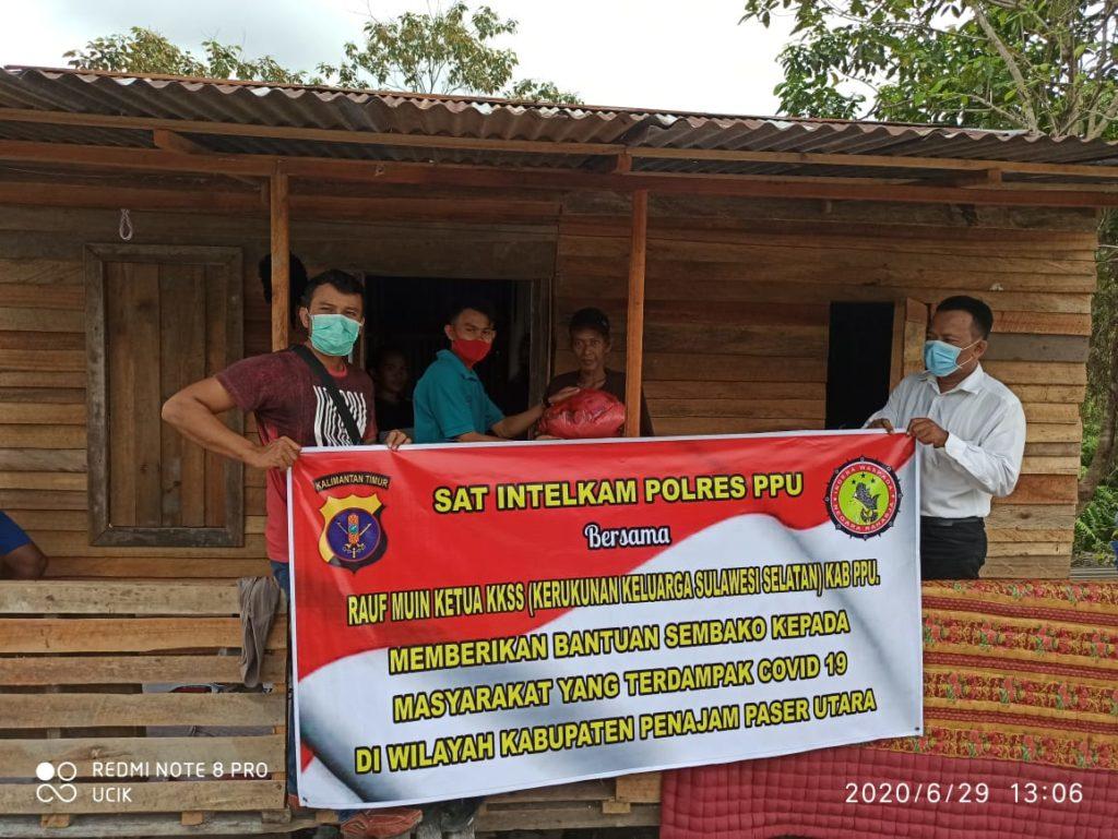 Sat Intelkam dan  KKSS Kabupaten Penajam Paser Utara menyerahkan bantuan sembako kepada Masyarakat terdampak Covid-19. (Ist)