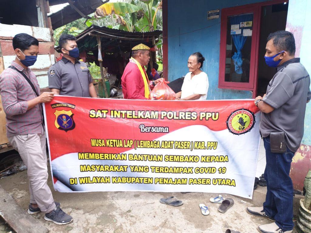 Ketua LAP Kabupaten PPU, Musa bersama Sat Intelkam Polres PPU memberikan paket sembako untuk warga. (Ist)