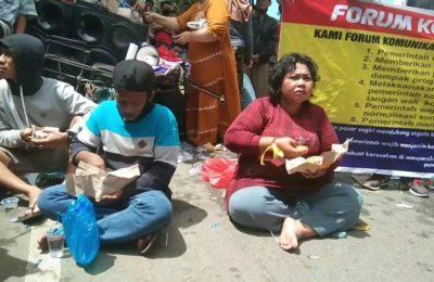 Warga bantaran SKM hadang petugas dengan memblokade Jl. Dr. Sutomo. (Ist)