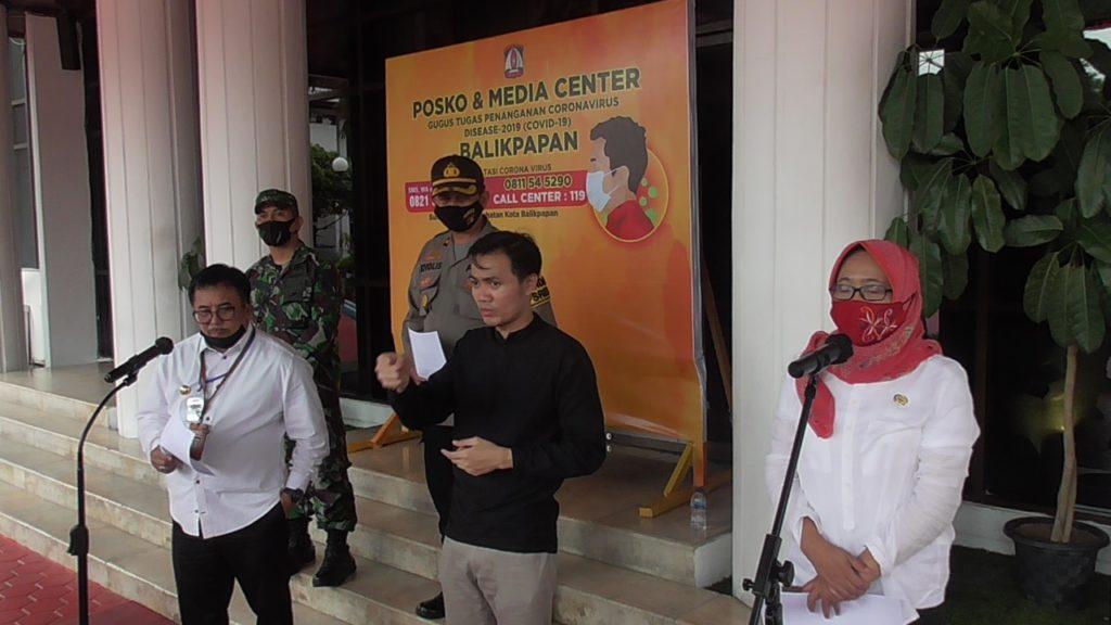Wali Kota Balikpapan, Rizal Effendi menanggapi sejumlah pertanyaan awak media, tanggapan menggenai surat edaran Direktorat Jenderal Pelayanan Kesehatan Kemenkes. (ES Yulianto)