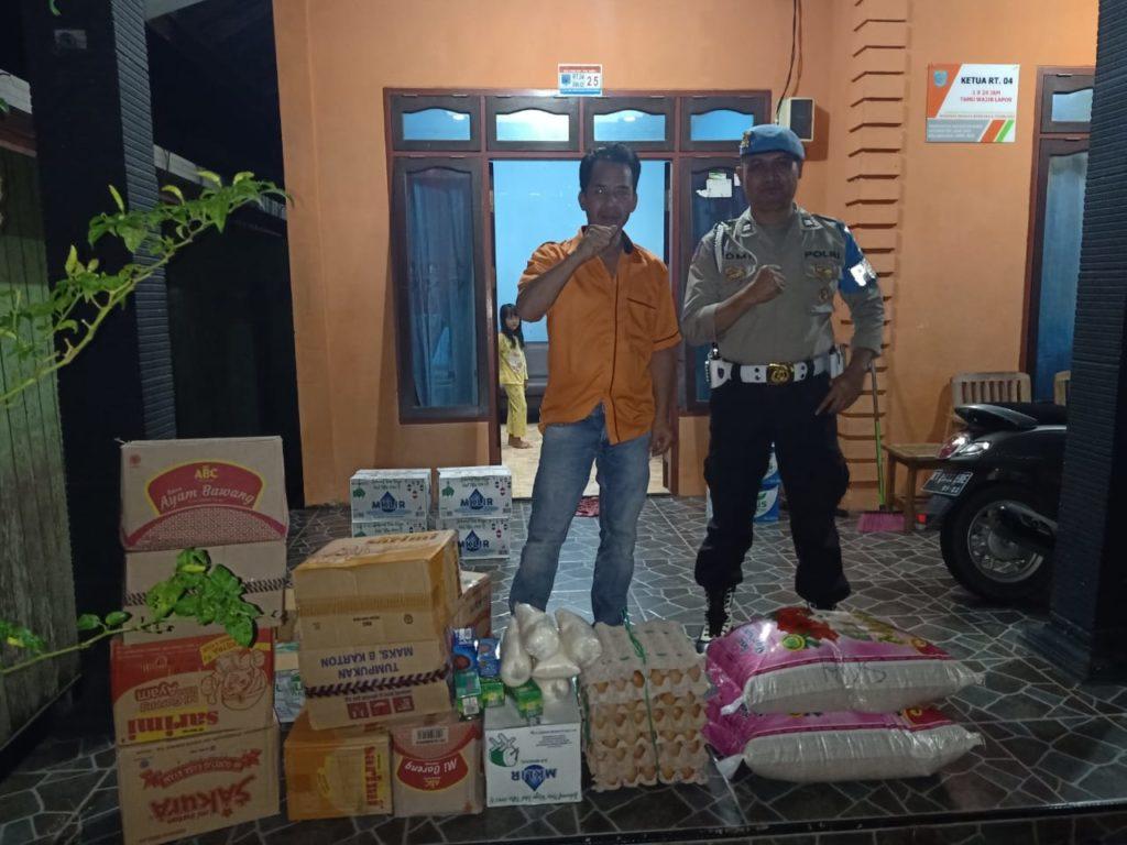 Kalangan masyarakat turut membantu warga korban terdampak banjir. (TB Sihombing)