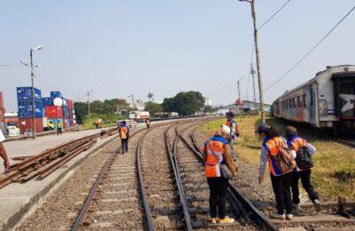 Studi pengukuran panjang rel di Jakarta Gudang, Pademangan, pertengahan juni 2019, untuk elektrifikasi peralatan persintayan stasiun. (ES Yulianto)