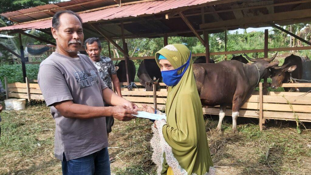 Nenek sumiati saat membeli hewan kurban dengan pedagang hewan kurban. (R Zulkarnain F)