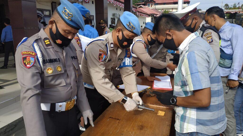 Kasubbidprovos Polda Kaltim, AKBP Eko Alamsyah SIK bersama dengan timnya memeriksa satu persatu personel Polres Kubar. (Ist)