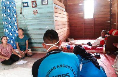 Petugas TPS Desa Karang Jinawi Datangi Warga Lansia.