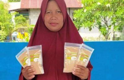 Ketua Kelompok Wanita Tani Maju (KWT) di kampung Kamal, Siti Aisyah