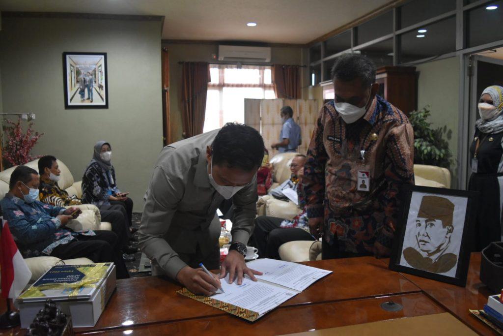 Ketua DPRD Paser, Hendra Wahyudi menandatangani APBD.