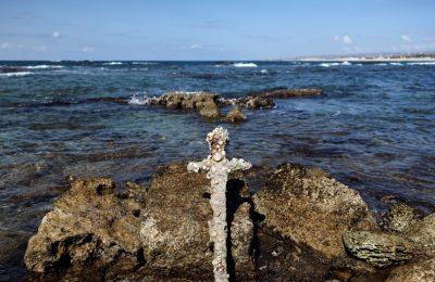 Sebuah pedang yang dipercaya milik tentara Perang Salib ditemukan di Laut Tengah oleh seorang penyelam asal Israel pada 18 Oktober 2021. Pedang tersebut kini diteliti oleh pihak Otoritas Kepurbakalaan Israel. (Foto: Reuters/Ronen Zvulun)