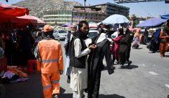 Orang-orang berjalan di sepanjang pasar di pusat kota Kabul pada 28 Agustus 2021, setelah militer Taliban mengambil alih Afghanistan. (Foto: AFP/Aamir Qureshi)
