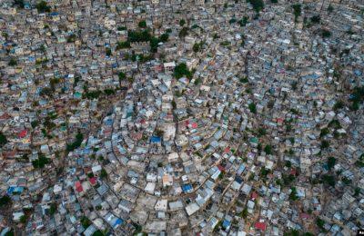 Foto yang diambil pada 28 September 2021. menunjukkan area Jalousie yang padat penduduk di Port-au-Prince, Haiti. Sekelompok geng kriminal di Haiti diduga telah melakukan penculikan terhadap kelompok misionaris asal AS pada 16 Oktober 2021. (Foto: AP/Rodrigo Abd)