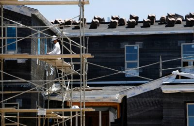 Pembangunan rumah baru berlanjut San Marcos California, 20 Agustus 2007. Pembangunan rumah di Amerika turun secara tak terduga pada bulan September dan izin untuk membangun rumah anjlok ke tingkat terendah dalam setahun di tengah kekurangan bahan baku. (Foto: REUTERS/Mike Blake