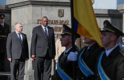 Menteri Pertahanan Ukraina Andriy Taran (kiri) dan Menteri Pertahanan AS Lloyd Austin dalam upacara penyambutan menjelang pertemuan mereka di Kyiv, Ukraina, 19 Oktober 2021. (Gleb Garanich/Pool Photo via AP)