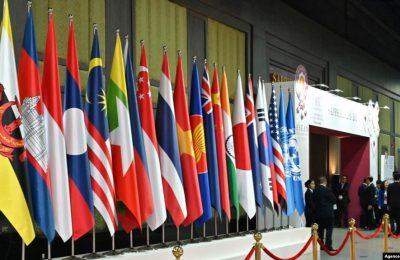 Bendera dari negara-negara kelompok ASEAN ditampilkan dalam KTT ASEAN di Bangkok, Thailand, pada 4 November 2019. (Foto: AFP/RomeoGacad)