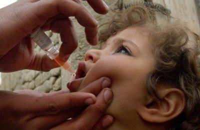 Maroufa, 4 tahun, menerima vaksinasi polio di Kabul, Afghanistan. (Foto: AP)