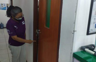 enanggung Jawab Klinik Fajar Farma, Dr. Sisca menunjukan kunci pintu yang dicurigai telah dirusak pelaku untuk memuluskan aksinya. (Ist)