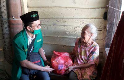Roni, Pimpinan Cabang Gp Anshor Kabupaten Penajam Paser Utara memberikan bantuan. (Ist)