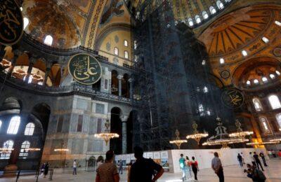 Para pengunjung di dalam Hagia Sofia atau Ayasofya. (Foto Reuters)