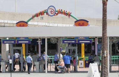 Para pengunjung memasuki pintu masuk Magic Kingdom salah satu taman hiburan Walt Disney World, saat pembukaan kembali (Ist)