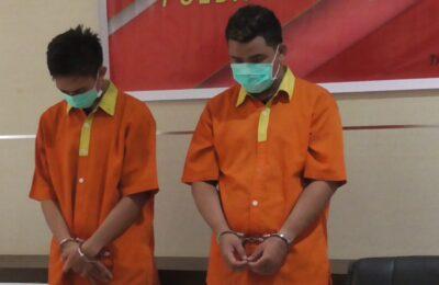 Tersangka (Inisial A dan N-W) diambil sebelum dilakukan press release oleh Wadir Resnarkoba Polda Kaltara, AKBP Dani Arianto. (ES Julianto - Hello Borneo)