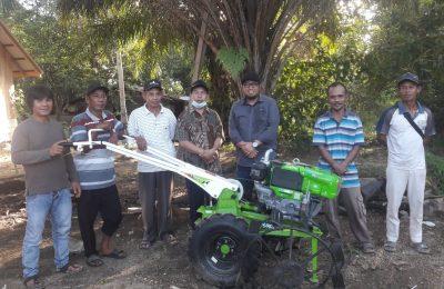 Foto Anggota DPRD Paser Menyerahkan Bantuan Alsintan ke Petani.
