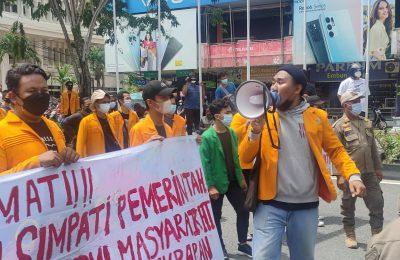 Demo mahasiswa Kota Balikpapan mengkritisi kebijakan pemerintah.