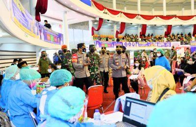 Panglima TNI Marsekal Hadi Tjahjanto bersama Kapolri Jenderal Listyo Sigit Prabowo meninjau program vaksinasi massal di BSCC DOME Balikpapan, Kalimantan Timur