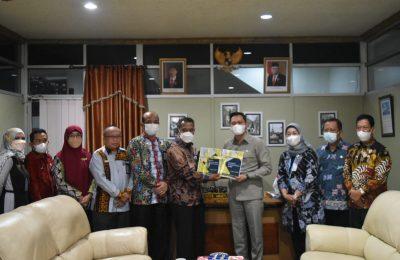 Ketua DPRD Paser, Hendra Wahyudi bersama eksekutif Pemkab Paser.
