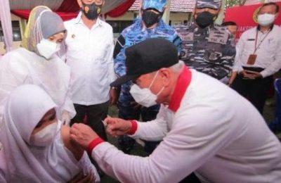 Dok. Gubernur Kaltim Isran Noor Memberikan Vaksin Kepada Pelajar di Kota Balikpapan.