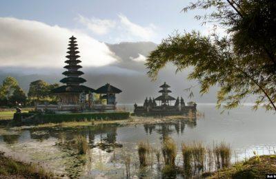Matahari pagi menyinari Pura Ulun Danu Bratan, yang dibangun di pulau-pulau kecil di Danau Bratan, dekat Desa Candikuning di Bali Tengah. (Foto: REUTERS/Bob Strong)