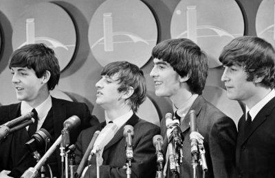 Grup musik The Beatles bertemu dengan awak media di Bandara Kennedy di New York City pada 7 Februari 1964 , dalam kunjungan pertama mereka ke Amerika Serikat. (AP)