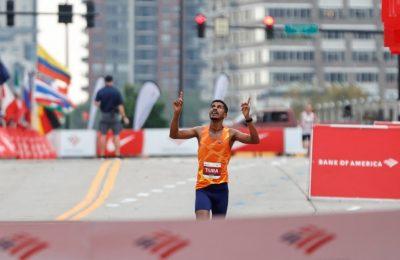Pelari asal Ethiopia Seifu Tura Abdiwak bereaksi setelah finis pertama pada lomba maraton Chicago kategori Elite Men's 2021 di Chicago, Illinois, pada 10 Oktober 2021. (Foto: AFP/Kamil Krzaczynski)