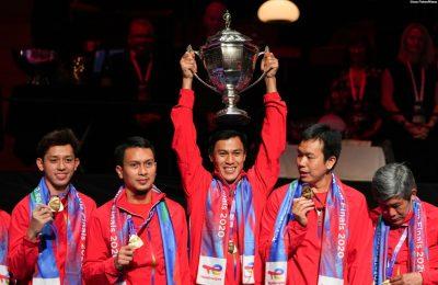 Para pemain bulu tangkis nasional mengangkat piala setelah memenangkan Piala Thomas. (Foto: Claus Fisker/Ritzau Scanpix via REUTERS)