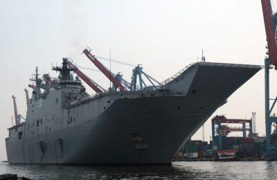 Kapal HMAS Canberra, yang merupakan kapal perang terbesar milik Australia, berkunjung ke Pelabuhan Tanjung Priok, Jakarta, Indonesia, dalam program Indo-Pacific Endeavour 2021 pada 25 Oktober 2021. (Foto: VOA/Indra Yoga)