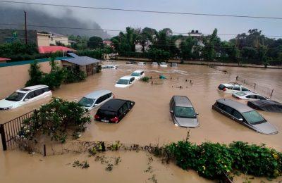 Mobil-mobil di sebuah hotel resor terendam banjir akibat Sungai Kosi meluap yang dipicu hujan lebat di Taman Nasional Jim Corbett di Uttarakhand, India, Selasa, 19 Oktober 2021. (AP Photo/Mustafa Quraishi)
