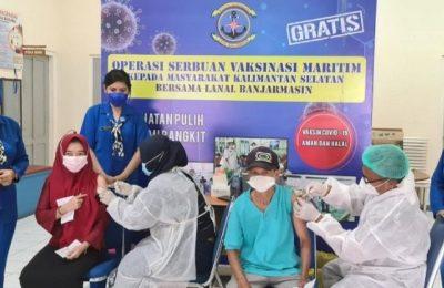 Lanal Banjarmasin gencarkan serbuan vaksinasi maritim terhadap 15.580 masyarakat kota dan pesisir di wilayah Kalimantan Selatan. (Joko Sugiarto)