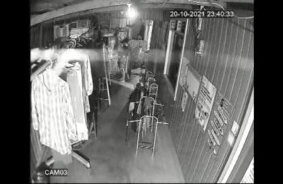 Hasil rekaman CCTV seorang pemuda yang kedapatan mencuri pakaian dalam wanita. (Ist)